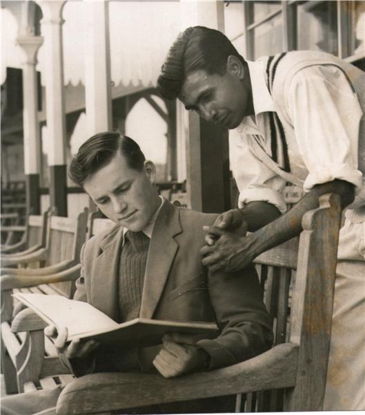 خالد عباد اللہ نوجوان ڈینس ایمس کے ساتھ، جو بعد ازاں مشہور کھلاڑی بنے