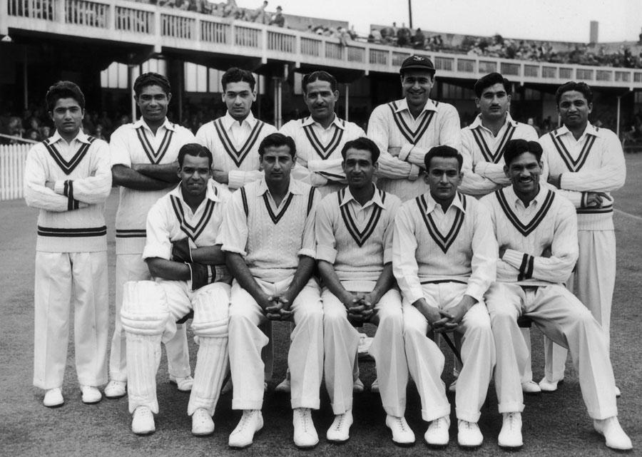 1954ء میں انگلستان کا دورہ کرنے والا پاکستانی دستہ، امتیاز احمد بیٹھے ہوئے کھلاڑیوں میں انتہائی بائیں جانب دستانوں اور پیڈز سمیت موجود (تصویر: Getty Images)