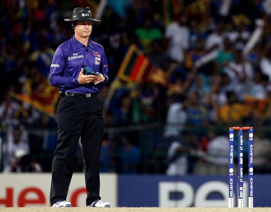 """پانچ مرتبہ """"سال کے بہترین امپائر"""" کا اعزاز حاصل کرنے والے سائمن ٹوفل بالآخر امپائرنگ کو خیرباد کہہ گئے۔ ورلڈ ٹی ٹوئنٹی 2012ء کا فائنل ان کا آخری مقابلہ تھا (تصویر: ICC)"""