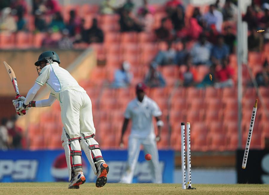 بنگلہ دیشی بلے باز دونوں اننگز میں توقعات پر پورا نہ اتر سکے اور پہلے فیڈل ایڈورڈز اور پھر ٹینو بیسٹ کی تباہ کن باؤلنگ کا نشانہ بن گئے (تصویر: AFP)
