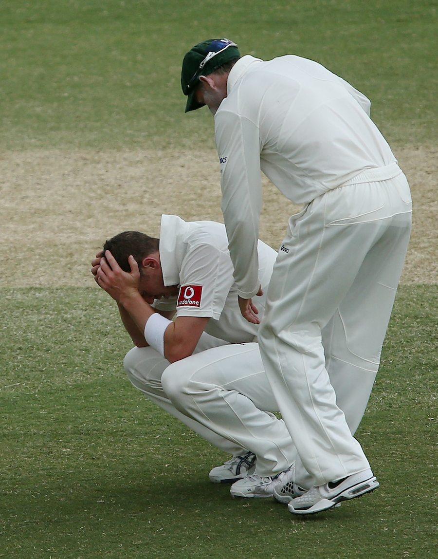 یقینی فتح سے محرومی کے بعد شکستہ دل آسٹریلوی گیند باز پیٹر سڈل (تصویر: Getty Images)