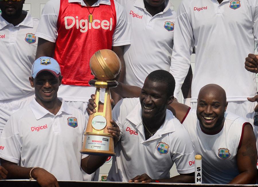 ویسٹ انڈین ٹیم دونوں ٹیسٹ جیتنے کے بعد سیریز ٹرافی کے ہمراہ (تصویر: AFP)
