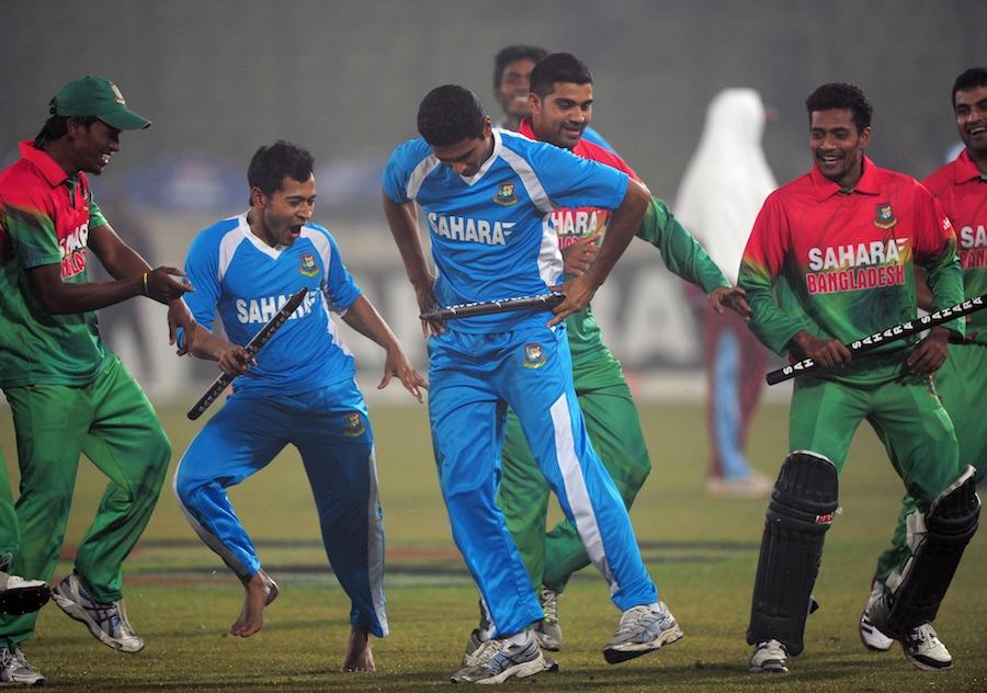 شاندار فتح کے بعد بنگلہ دیشی کھلاڑیوں نے بھی اپنی 'گینگ نیم اسٹائل' رقص کی مہارتیں دکھائیں۔ جیسا کہ ورلڈ ٹی ٹوئنٹی جیتنے کے بعد ویسٹ انڈیز نے دکھائی تھیں (تصویر: AFP)