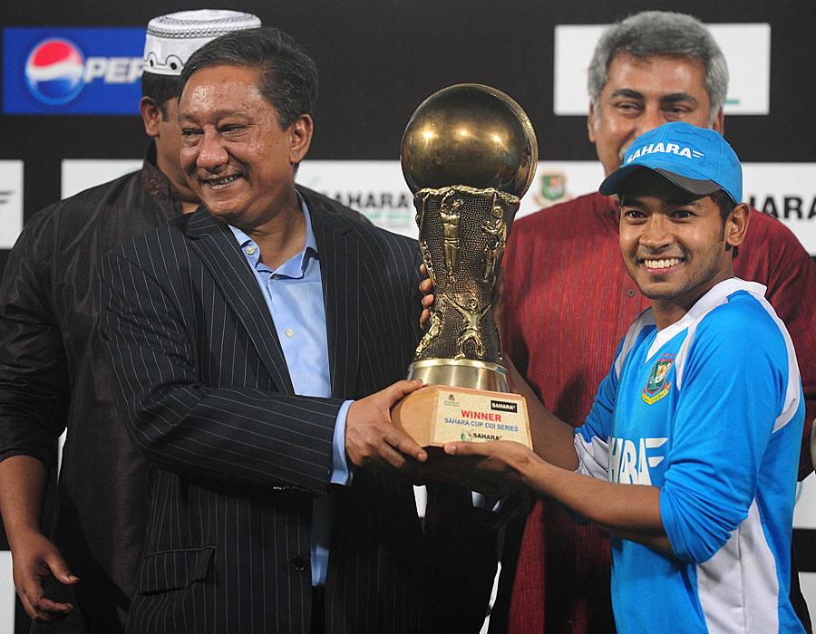 مشفق الرحیم سیریز ٹرافی کے ہمراہ، انہیں سیریز کا بہترین کھلاڑی بھی قرار دیا گیا (تصویر: AFP)