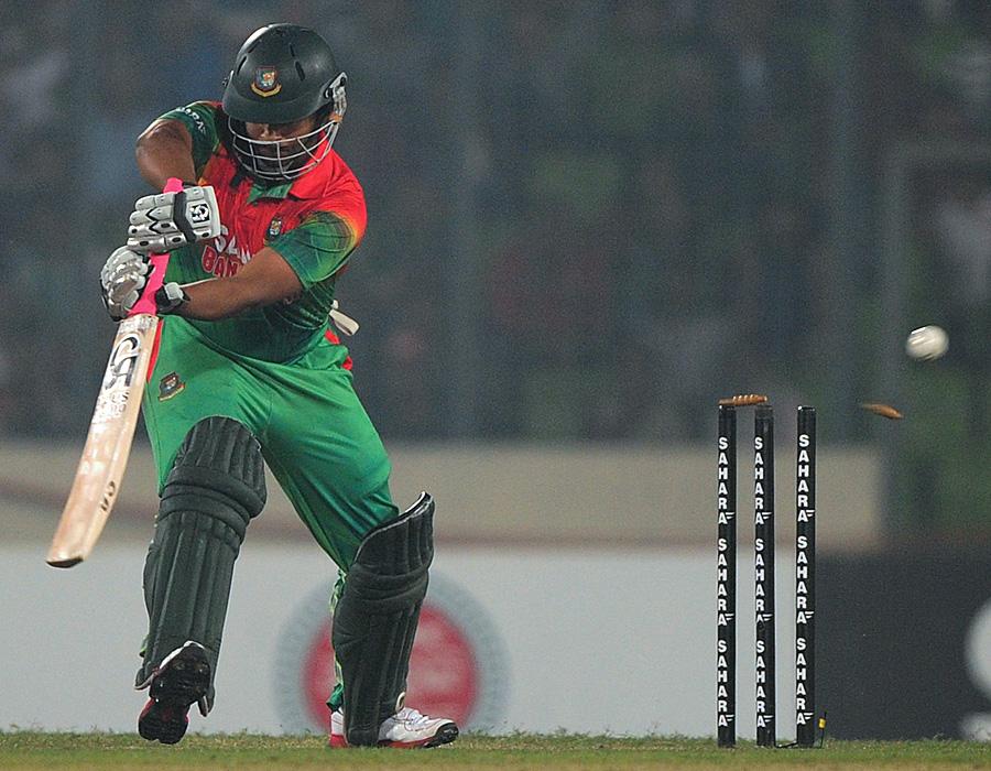 ڈیرن سیمی کو روکنے میں مکمل ناکام بنگلہ دیش ابتدائی 6 اوورز میں 5 وکٹیں گنوا کر ہی مقابلے سے باہر ہو چکا تھا (تصویر: AFP)
