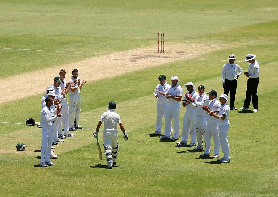 """جب رکی پونٹنگ اپنی آخری ٹیسٹ اننگز کھیلنے میدان میں آئے تو جنوبی افریقہ نے انہیں """"گارڈ آف آنر"""" پیش کیا (تصویر: Getty Images)"""