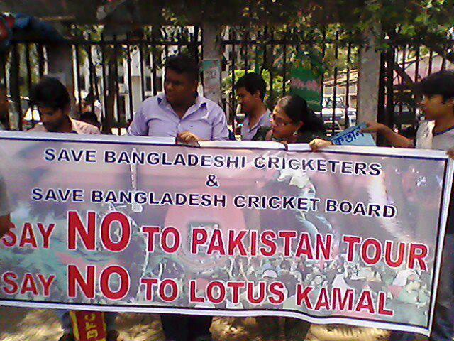 رواں سال پاکستان کا دورہ نہ کرنے کے خلاف بنگلہ دیش میں مظاہرے بھی ہو چکے ہیں، جس کے بعد عدالت نے دورہ منسوخ کرایا
