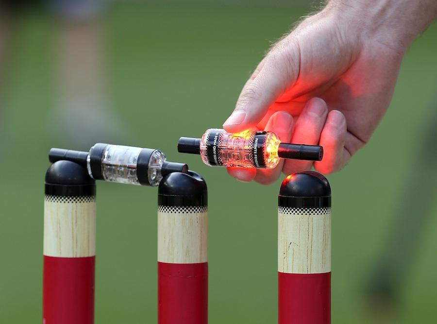 گیند کے ٹکراتے ہی جگمگا اٹھنے والی ان وکٹوں کو 'زنگ اسٹمپس' کا نام دیا گیا ہے (تصویر: Getty Images)