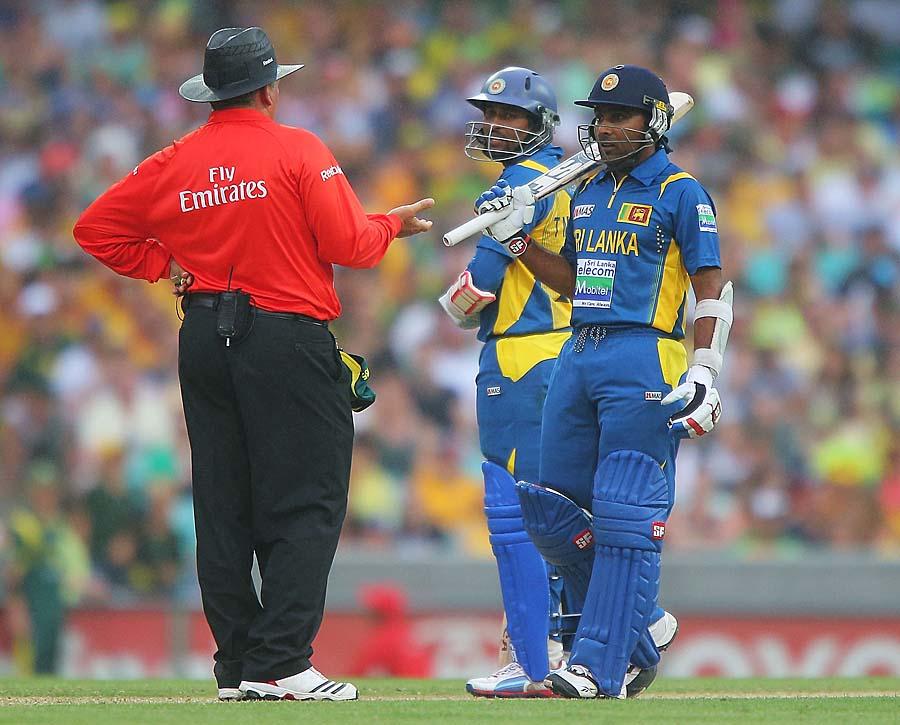 سری لنکن کپتان جے وردھنے میدان میں انتظامات اور امپائروں کے حتمی فیصلے سے مطمئن نہیں دکھائی دیے (تصویر: Getty Images)