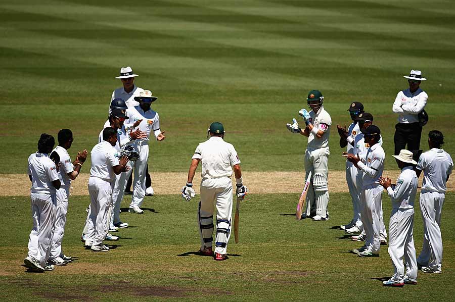 مائیکل ہسی اپنا آخری ٹیسٹ کھیلنے کے لیے میدان میں آئے تو سری لنکن کھلاڑیوں نے ان کا بھرپور استقبال کیا (تصویر: Getty Images)