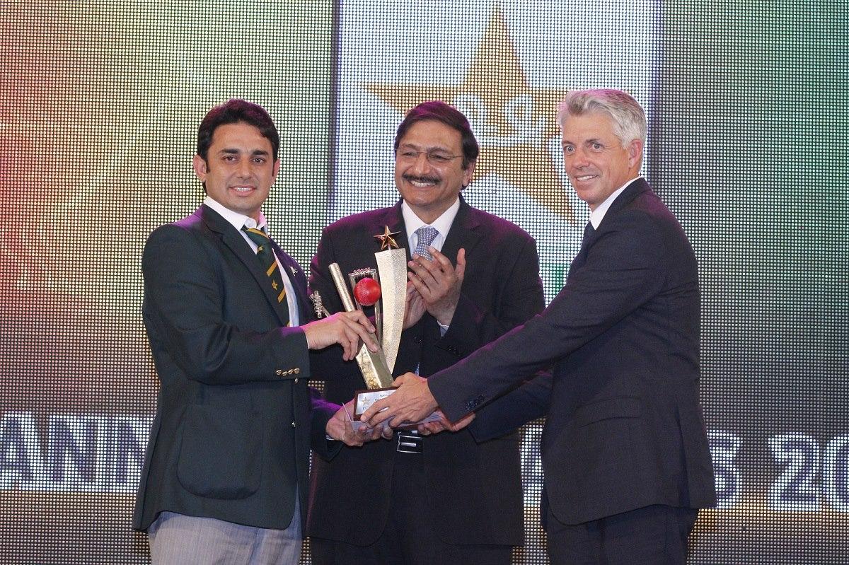 سعید اجمل ٹیسٹ، ایک روزہ اور ٹی ٹوئنٹی تینوں طرز کی کرکٹ میں بہترین باؤلر کے اعزازات لے اڑے جبکہ سال کے بہترین باؤلر کا خصوصی ایوارڈ بھی حاصل کیا (تصویر: PCB)