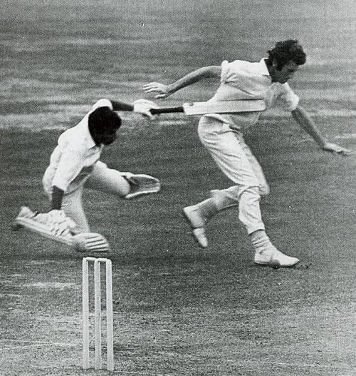 جان سنو اور سنیل گاوسکر کی ٹکر کی یادگار تصویر (تصویر: Cricketer International)