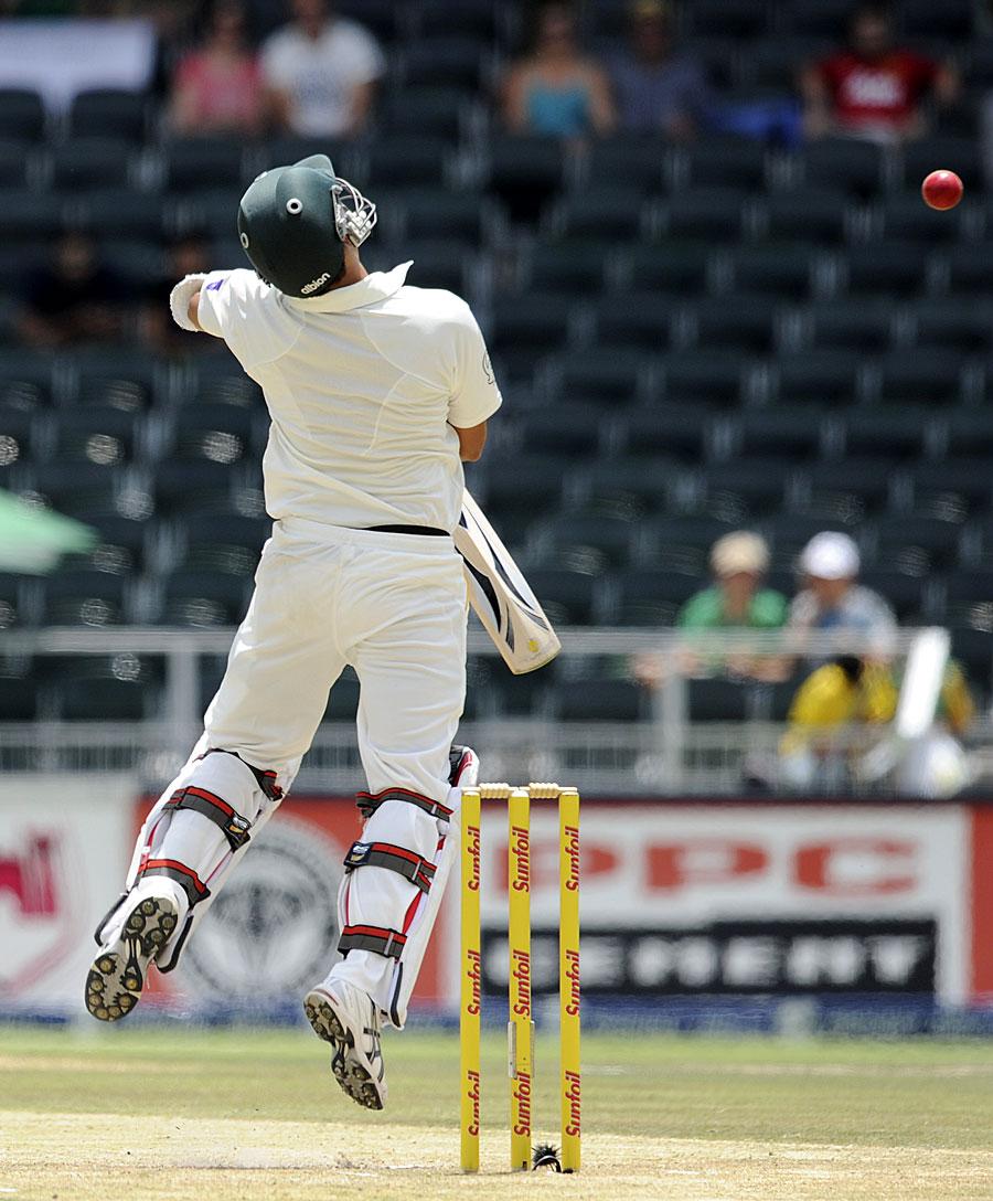 جنوبی افریقی تیز باؤلرز نے پاکستانی بلے بازوں کو تگنی کا ناچ نچا دیا (تصویر: AP)
