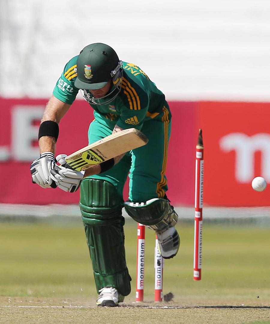محمد عرفان نے میچ کی پہلی دو گیندوں پر دو بلے بازوں کو آؤٹ کر کے پاکستان کو بالادست پوزیشن پر پہنچایا (تصویر: AFP)