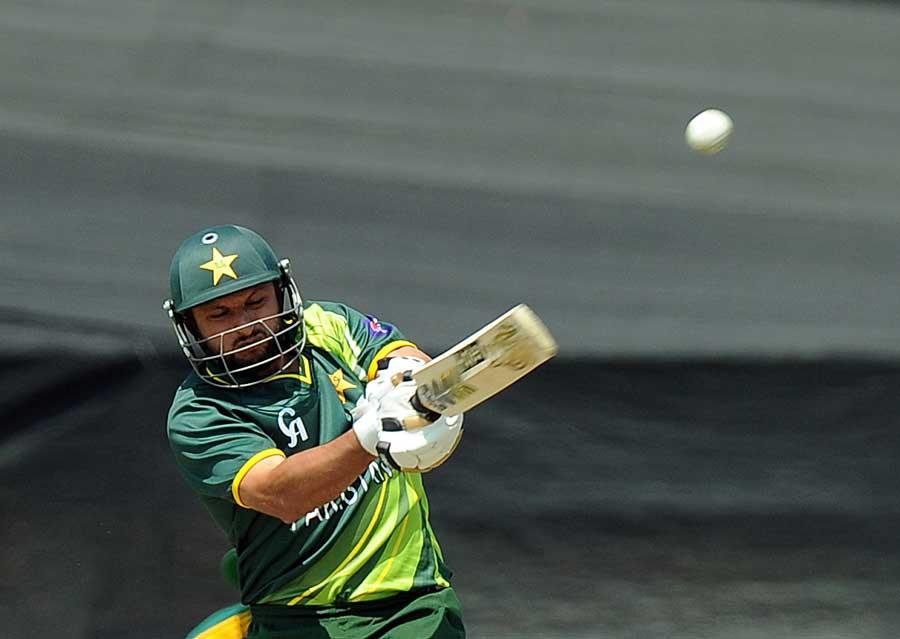 شاہد آفریدی نے پاور پلے سے قبل آخری گیند کو دیکھا اور آنکھیں بند کر کے بلا گھما دیا، نتیجہ ایک مرتبہ پھر صفر پر آؤٹ (تصویر: AFP)