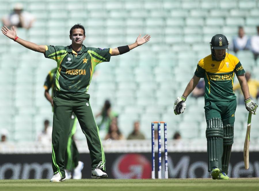 اسد علی نے ایک مرتبہ پھر اپنی باؤلنگ سے متاثر کیا اور ڈی ولیئرز سمیت تین کھلاڑیوں کو آؤٹ کیا (تصویر: AP)