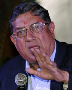 شری نواسن آؤٹ تو نہیں ہوئے، البتہ ریٹائرڈ ہرٹ ضرور ہو گئے ہیں (تصویر: Hindustan Times)