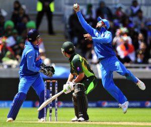 بھارت کی صرف باؤلنگ اور بیٹنگ ہی نہیں بلکہ فیلڈنگ بھی بہت شاندار رہی، جیسا کہ ویراٹ کوہلی کا یہ کیچ (تصویر: AFP)