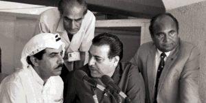 منیر حسین (درمیان میں) کی ایک یادگار تصویر، شارجہ میں ایک مقابلے پر رواں تبصرہ کرتے ہوئے (تصویر: PCB)