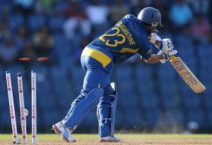 سری لنکا کے لیے میچ کا واحد مایوس کن لمحہ جب دلشان 99 رنز پر بولڈ ہوئے (تصویر: AFP)