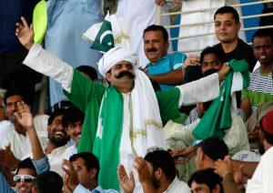 ابوظہبی میں عید کے دن ہزاروں تماشائی پاکستانی بلے بازوں کی کارکردگی سے محظوظ ہوئے (تصویر: AFP)