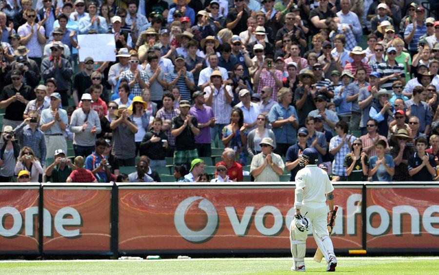 ممبئی کے باسیوں کی دلی تمنا ہے کہ سچن اپنی آخری اننگز اپنے ہی شہر میں کھیلیں (تصویر: AFP)