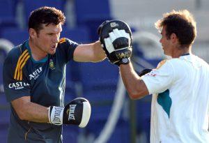قومی ٹیم کے کھلاڑی جنوبی افریقہ سے کنی کترانا چاہتے ہیں، لیکن بورڈ نے انہیں ایک بار پھر تابڑ توڑ مکے سہنے کے لیے سامنے کردیا ہے (تصویر: AFP)