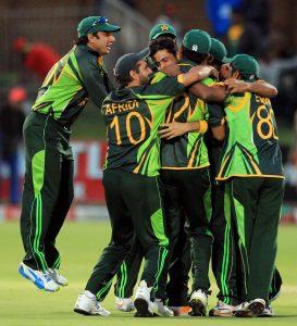 جنید خان نے زخمی ہونے کے باوجود ناقابل یقین اوور پھینکا اور پاکستان کو تاریخی فتح سے ہمکنار کیا (تصویر: AP)