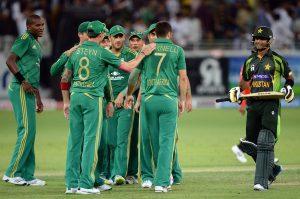 محض چند گیندیں اور پاکستان کی پیشقدمی کا خاتمہ، یہی کہانی یہاں بھی دہرائی گئی (تصویر: AFP)