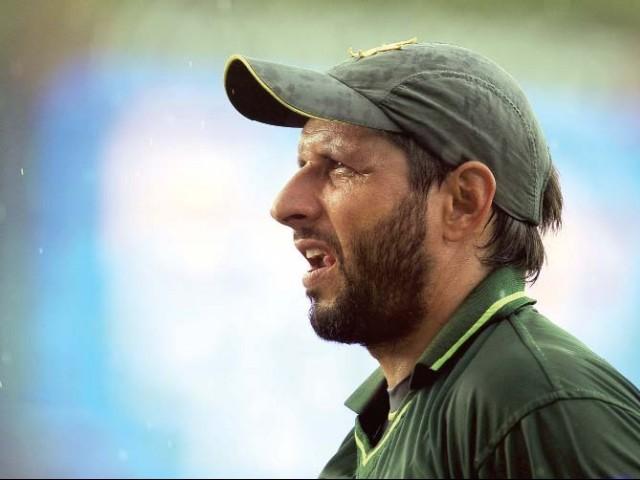 سینئر کھلاڑی کی حیثیت سے آفریدی پر بھاری ذمہ داری ہے کہ وہ آل راؤنڈر کی حیثیت سے پرفارم کریں (تصویر: AFP)