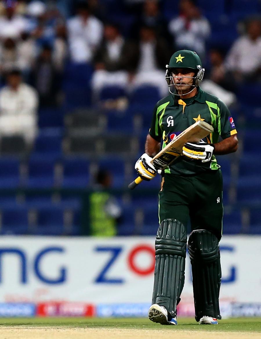 محمد حفیظ سری لنکا کے خلاف جاری ون ڈے سیریز کے چار مقابلوں میں تین سنچریاں جڑ چکے ہيں اور یہی کارکردگی ان کو ٹیسٹ ٹیم میں واپس لائی ہے (تصویر: AFP)