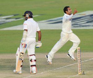 سنگا اور مہیلا کے آؤٹ کرنے کے بعد پاکستان مقابلے پر دوبارہ حاوی ہوگیا ہے، اب آخری بھرپور وار کرنا ہوگا (تصویر: AFP)