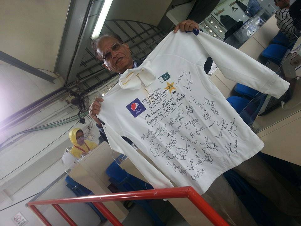 قمر احمد کو بطور تحفہ قومی ٹیم نے دستخط شدہ شرٹ بھی دی (تصویر: فائل فوٹو)