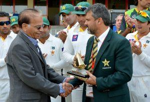 معین خان (دائیں) حال ہی میں قومی ٹیم میں مینیجر کے عہدے پر ذمہ داریاں نبھا چکے ہیں (تصویر: AFP)