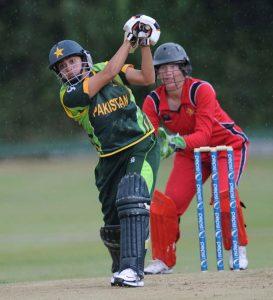 پاکستان نے گزشتہ سال آئرلینڈ میں ہونے والے کوالیفائرز میں ناقابل شکست رہتے ہوئے ٹورنامنٹ جیتا تھا اور ورلڈ ٹی ٹوئنٹی 2014ء کے لیے کوالیفائی کیا تھا (تصویر: ICC)