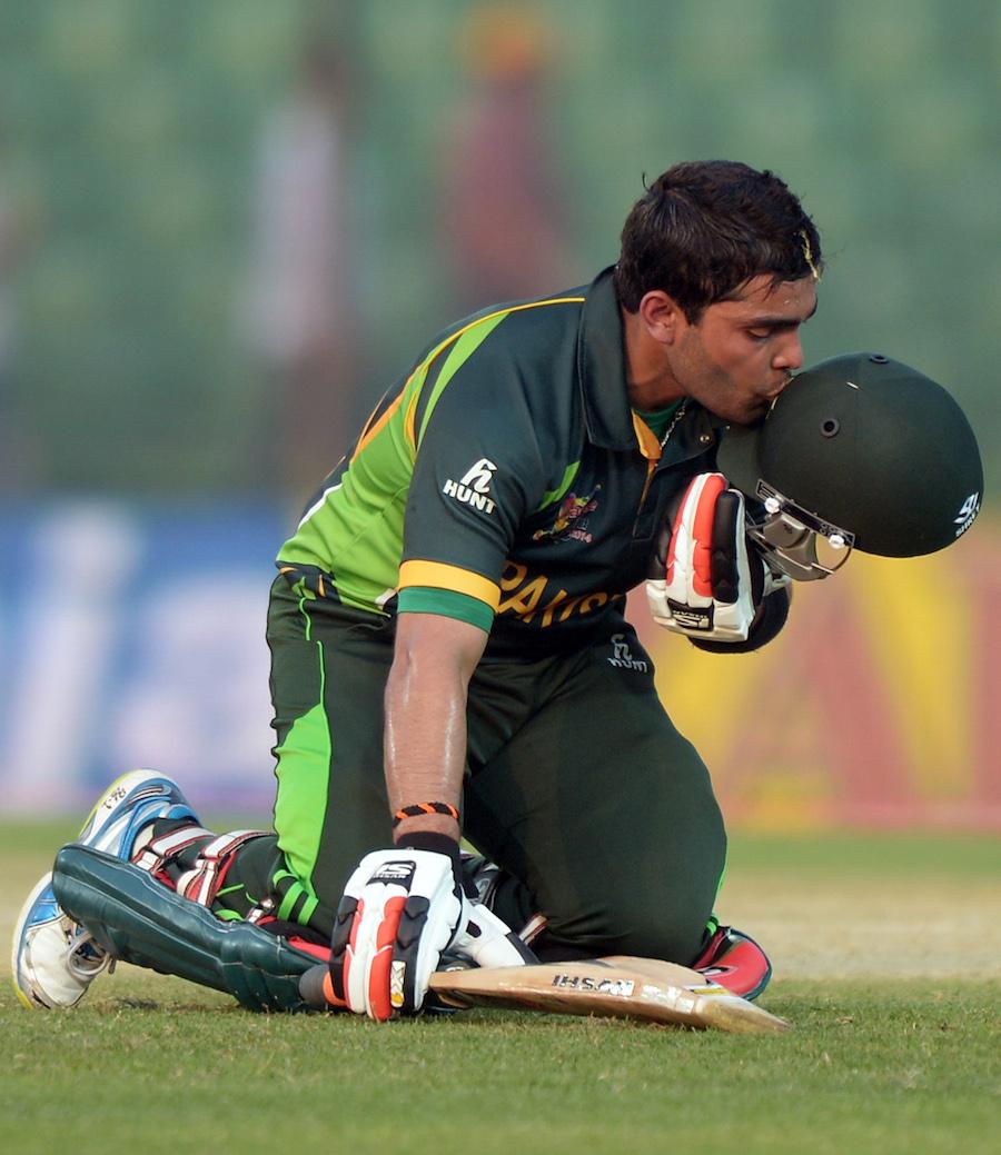عمر اکمل نے آخری اوور کی پانچویں گیند پر چھکا رسید کرکے کیریئر کی دوسری سنچری مکمل کی (تصویر: AFP)