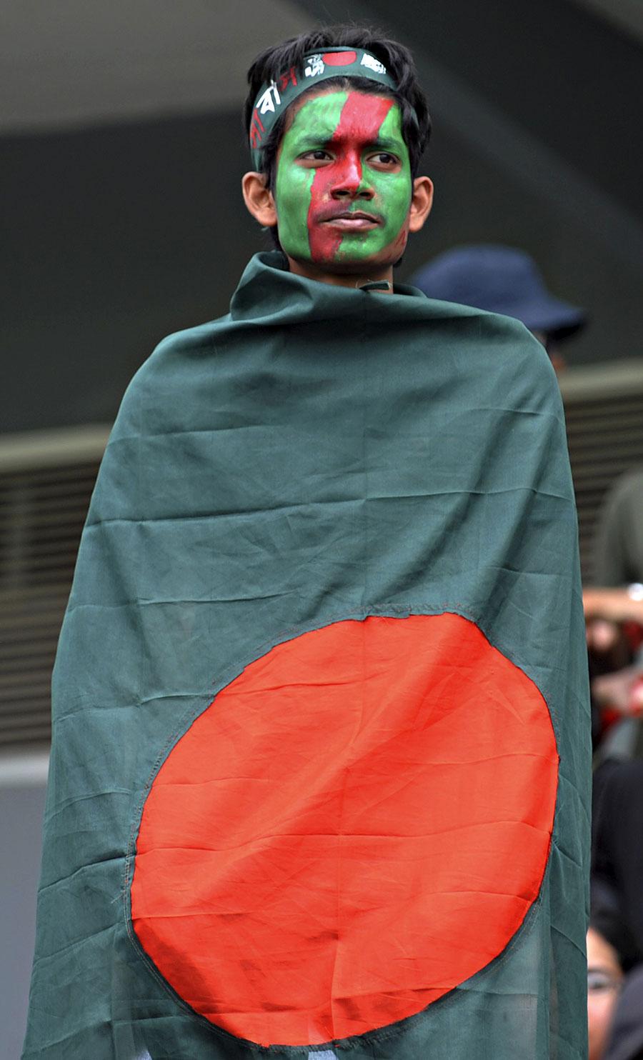 بنگلہ دیش کے قوانین کے تحت سفارت خانوں کی عمارات اور سفارتی اہلکارو ں کے علاوہ کوئی بلااجازت غیر ملکی پرچم نہیں لہرا سکتا (تصویر: AP)
