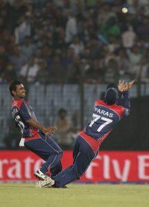نیپال کی فتح کا خاص پہلو ان کی شاندار فیلڈنگ رہی، جیسا کہ کپتان پارس کھڑکا کا یہ دلکش کیچ (تصویر: ICC)