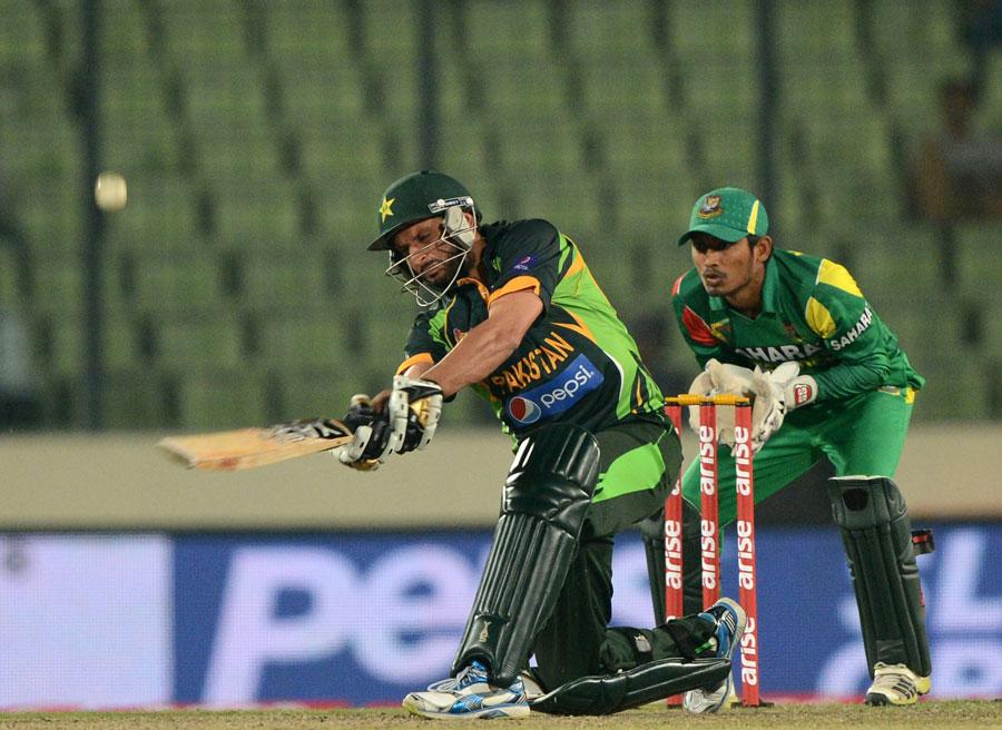 شاہد آفریدی کی 18 گیندوں پر بنائی گئی نصف سنچری نے پاکستان کے لیے ریکارڈ ہدف کا تعاقب ممکن بنایا (تصویر: AFP)