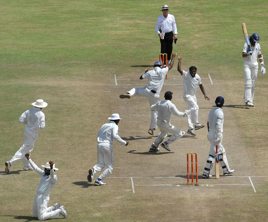 وہ تاریخی لمحہ جب مرلی دھرن نے اپنے آخری ٹیسٹ میں 800 ویں وکٹ حاصل کی (تصویر: AFP)