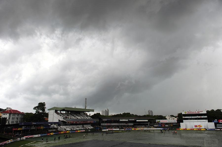 گو کہ اگست میں مون سون بارشوں سے مقابلے متاثر ہونے کا اندیشہ ہے، لیکن فارغ بیٹھنے سے یہ سیریز ہزار درجہ بہتر ہے (تصویر: AFP)