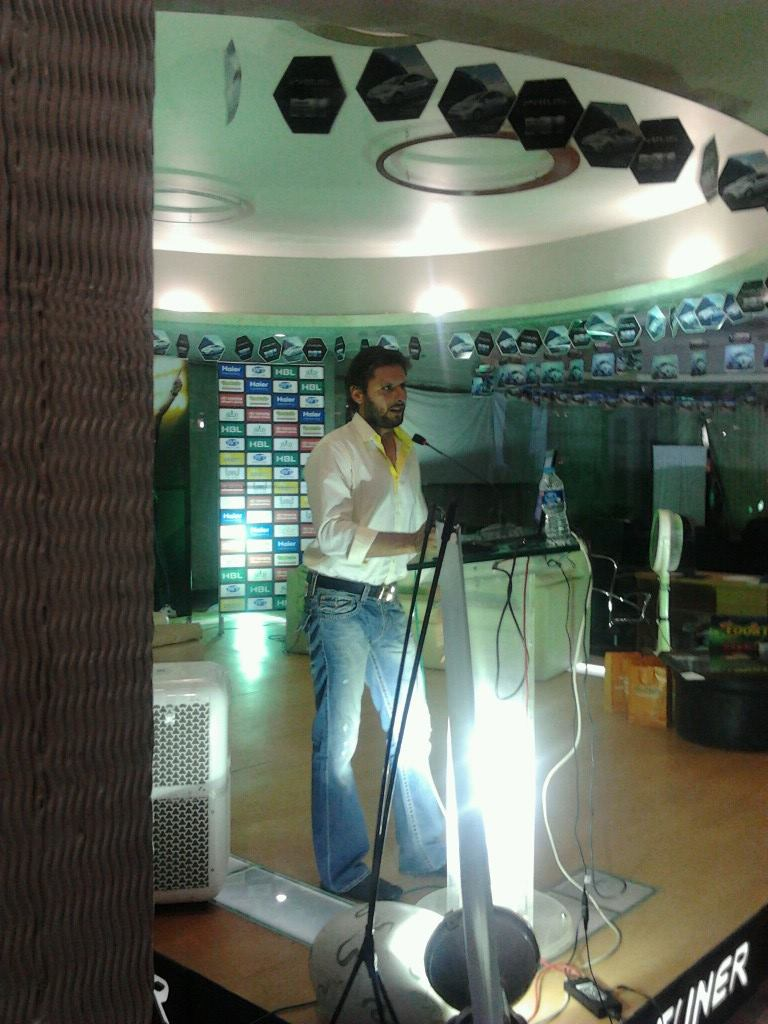 شاہد آفریدی اپنی رفاحی تنظیم و اسپتال کا تعارف پیش کر رہے ہیں (تصویر: کرک نامہ)