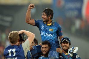 شاندار فتح کے بعد سری لنکن کھلاڑی کمار سنگاکارا کو کاندھے پر اٹھائے جشن منا رہے ہیں (فوٹو: ICC)