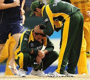 دل شکستہ سعید اجمل نے اس مقابلے کو کیریئر کا بدترین میچ قرار دیا تھا (تصویر: AFP)