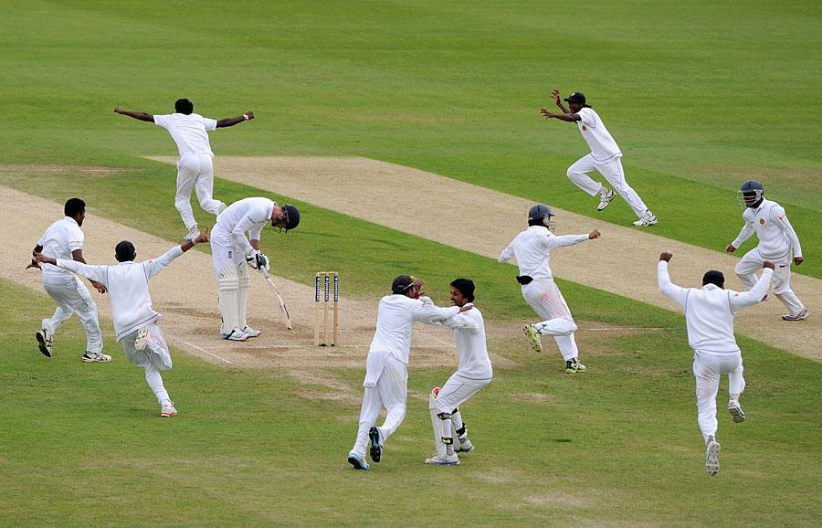 جب سری لنکا کی تمام امیدیں دم توڑ رہی تھیں، تب ایرنگا نے انگلستان کی آخری وکٹ حاصل کرلی (تصویر: Getty Images)