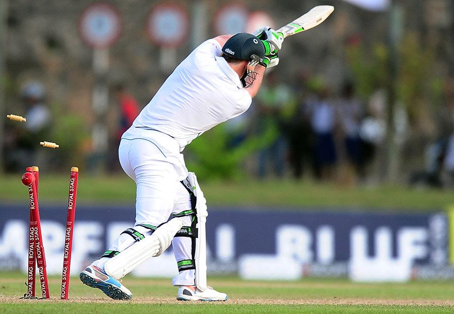 ابتدائی دو سیشنز میں صرف ایک وکٹ حاصل کرنے کے بعد سری لنکا نے آخری سیشن میں 4 کھلاڑیوں کو آؤٹ کردیا، یعنی پہلا دن برابری کی سطح پر مکمل ہوا (تصویر: AFP)