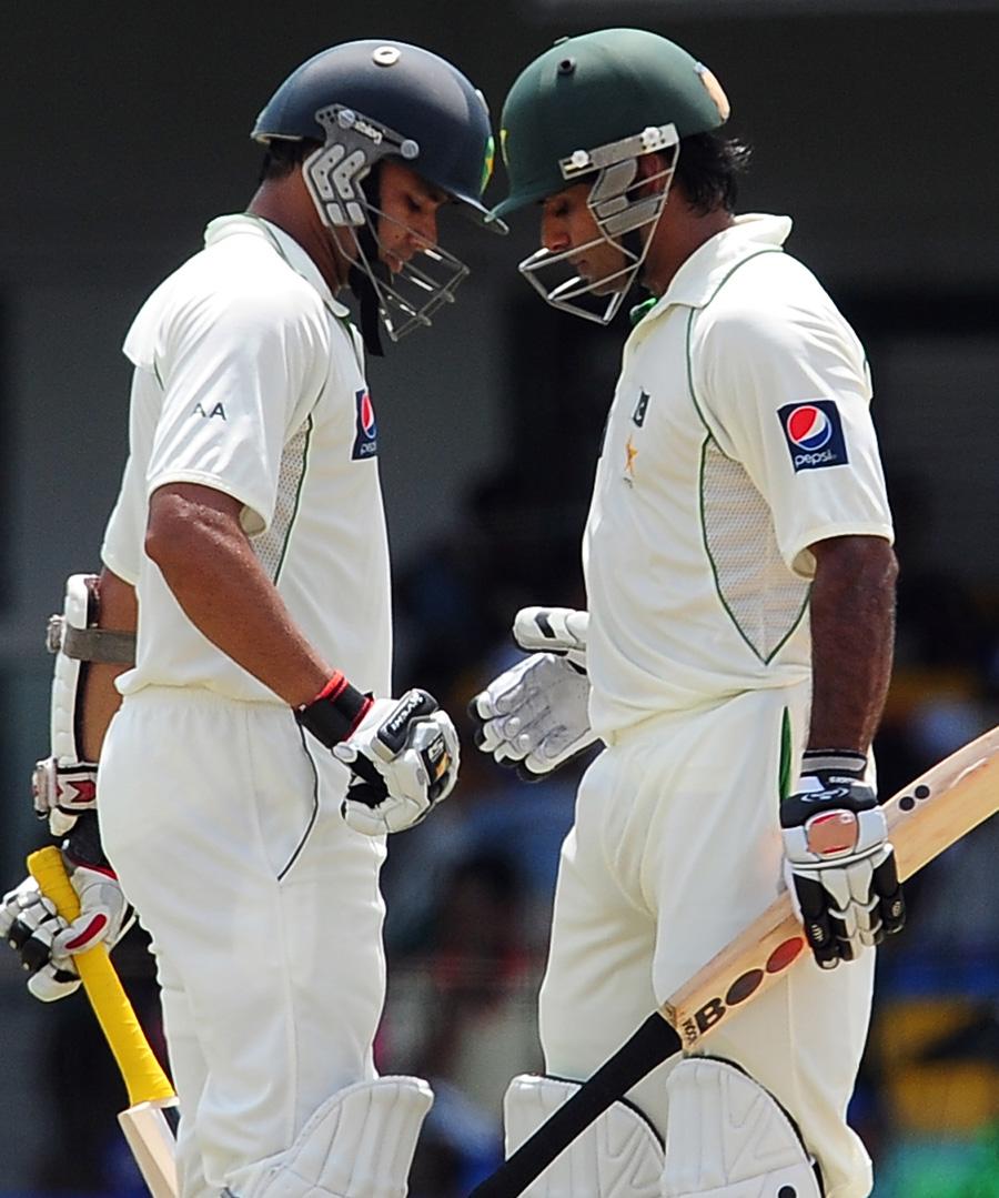 پاکستان نے آخری بار 2012ء کے دورۂ سری لنکا میں کسی ٹیسٹ کی پہلی اننگز میں 450 رنز کا ہندسہ عبور کیا تھا، لیکن اس کے باوجود کولمبو ٹیسٹ نہیں جیت پایا (تصویر: AFP)