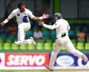 پاکستان کے باؤلرز نے تو پہلے ہی دن ٹیم کا پلڑا بھاری کردیا ہے، لیکن اب سیریز بچانے کی ذمہ داری بیٹسمینوں کے کاندھوں پر ہوگی (تصویر: AFP)