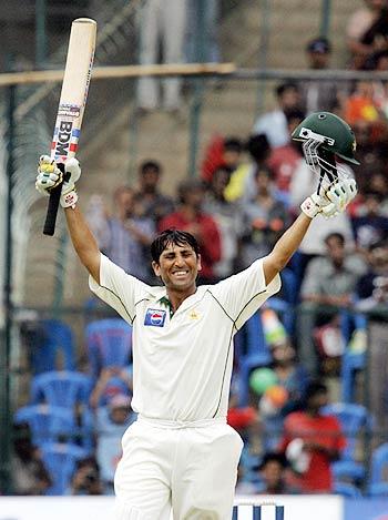 پہلی اننگز میں 450 سے زیادہ رنز بنانے کے بعد پاکستان کو یادگار ترین فتح 2005ء میں بھارت کے خلاف بنگلور کے مقام پر ملی۔ اس میچ کے ہیرو یونس خان کیا گال میں بھی ہیرو بن پائیں گے؟ جواب چند روز میں مل جائے گا (تصویر: AFP)