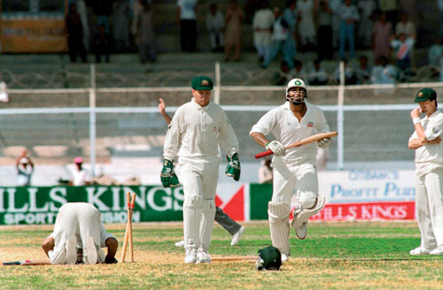 شین وارن کی آخری گیند بیٹسمین اور وکٹ کیپر سب کو دھوکہ دے گئی اور پاکستان ایک وکٹ سے میچ جیت گیا (تصویر: Getty Images)